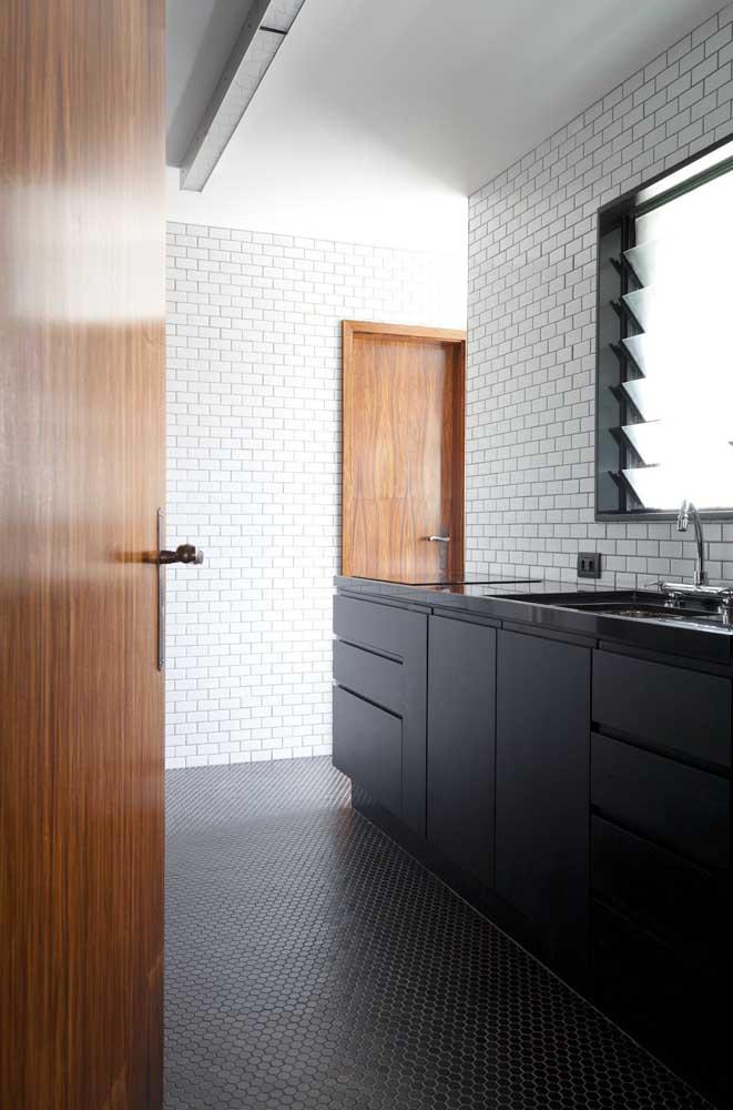Cozinha com pastilhas pretas no chão combinando com os armários
