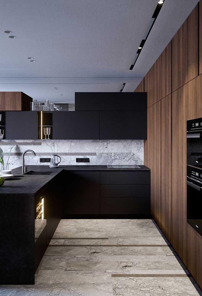 Piso de mármore para a cozinha. O material segue nas paredes