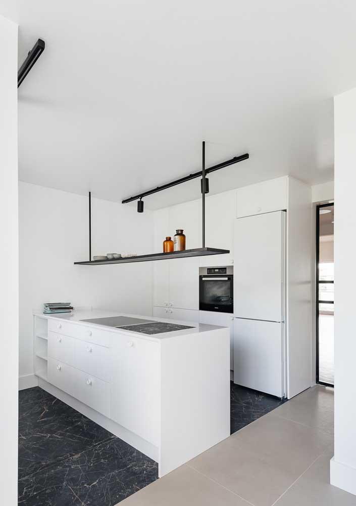 Cozinha branca com piso de mármore preto: um belo contraste