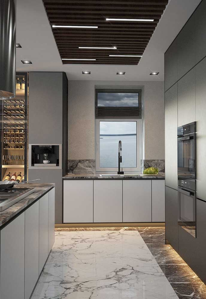 Piso de mármore em duas cores nessa cozinha