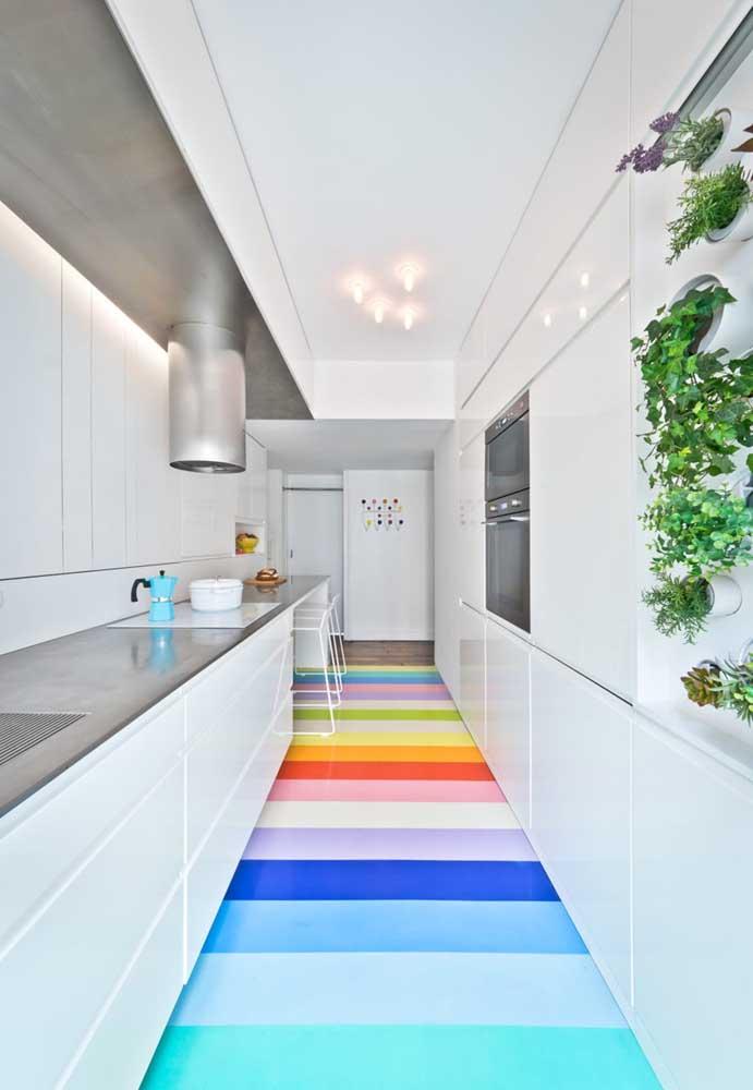Que tal um arco íris no chão da cozinha?