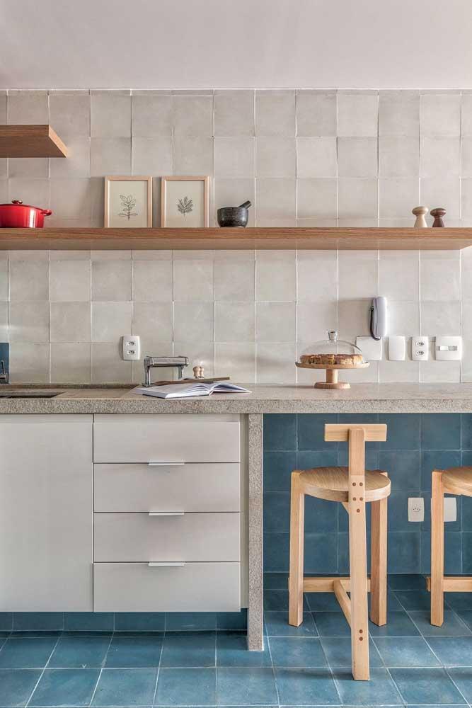 Piso de cerâmica azul para valorizar o visual clean da cozinha