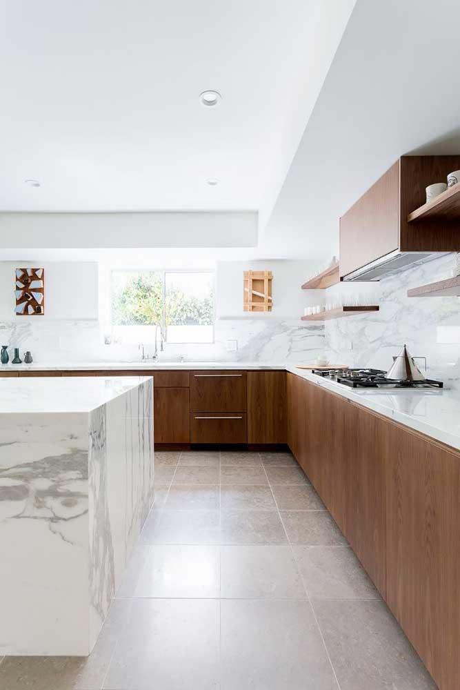 Piso cerâmico bege para uma cozinha clássica