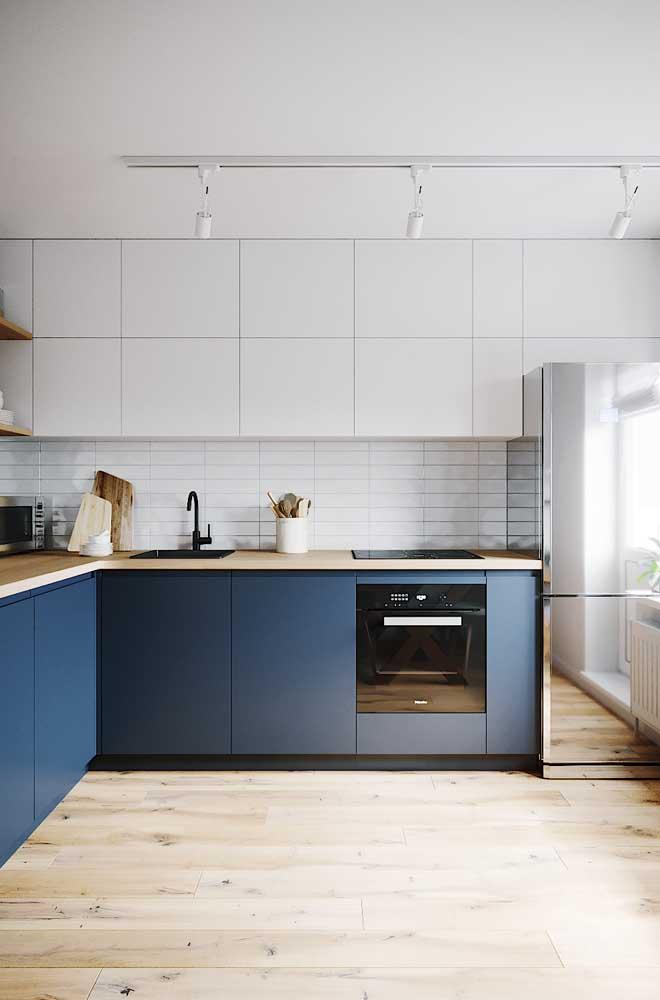 Piso de madeira clara para a cozinha clean e moderna