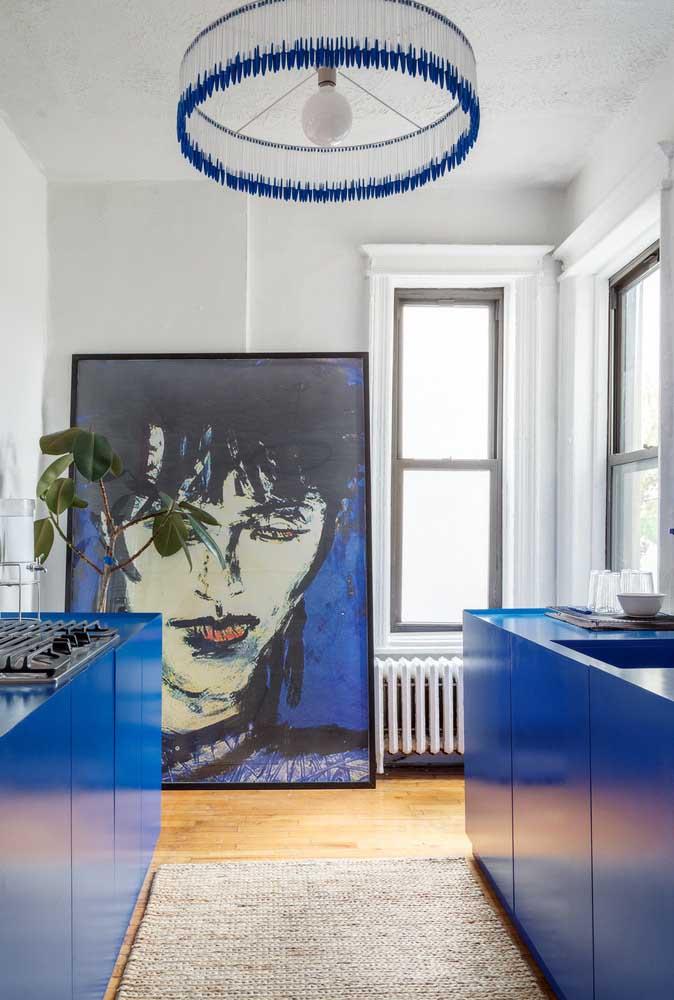 E o que acha de combinar piso de madeira com armários azuis?