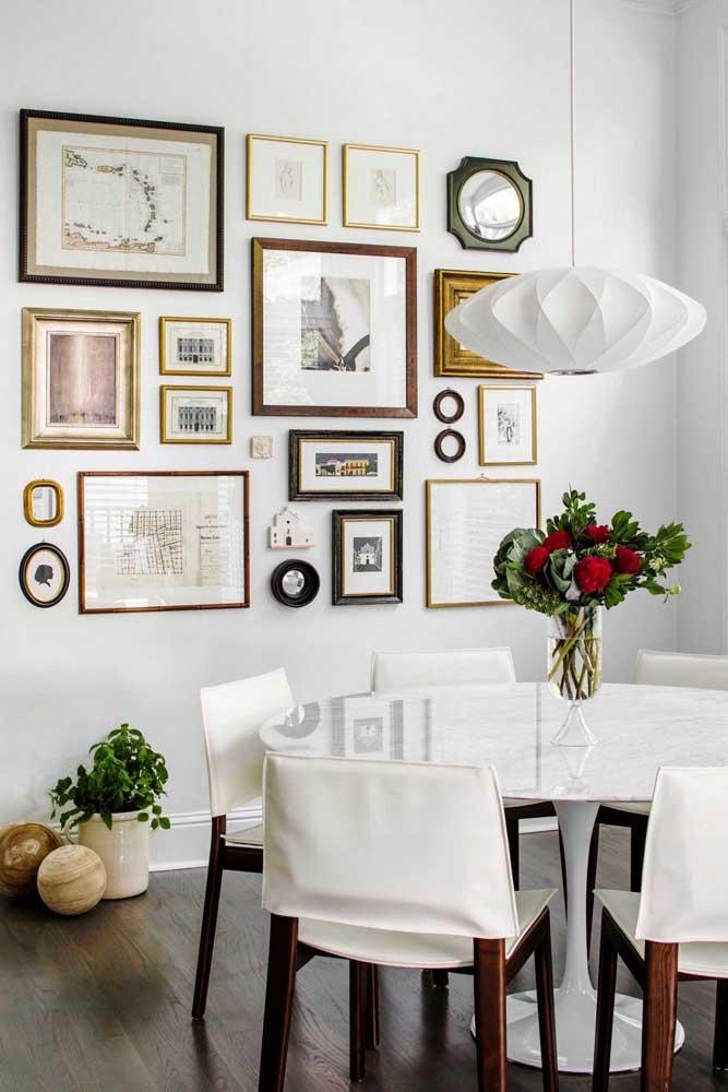 Quadros para sala de jantar moderna. Repare que a composição irregular e diversificada é o grande destaque por aqui