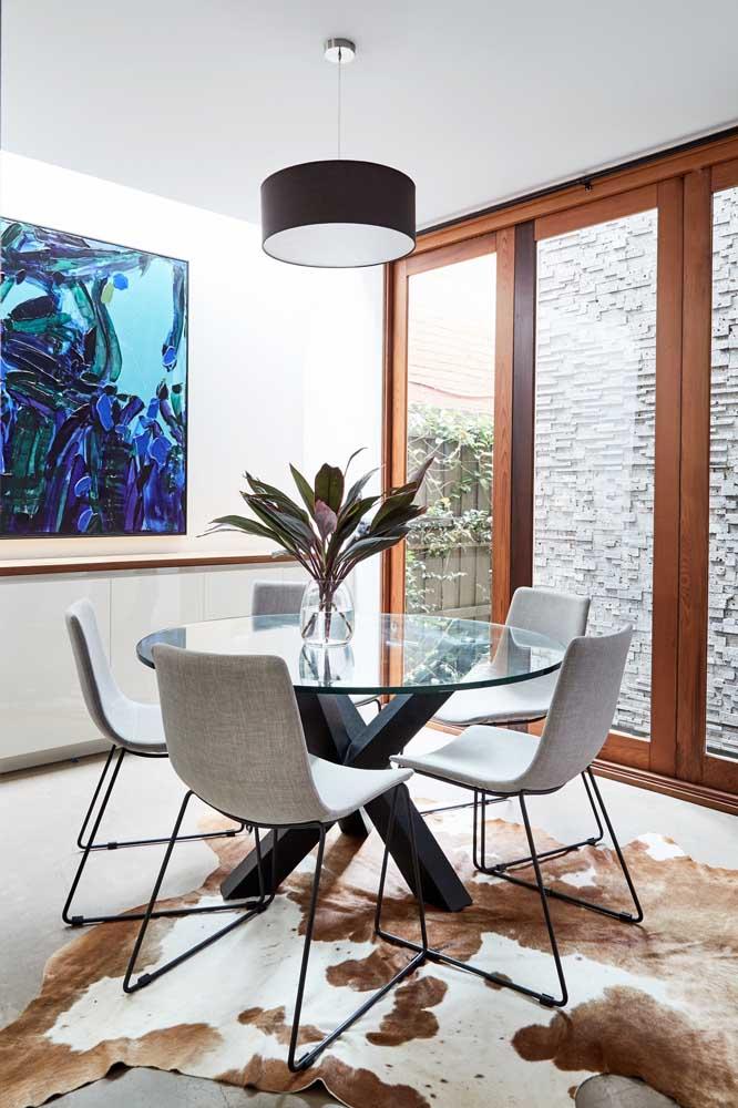 Aqui, o quadro é o responsável por trazer cor à decoração da sala de jantar