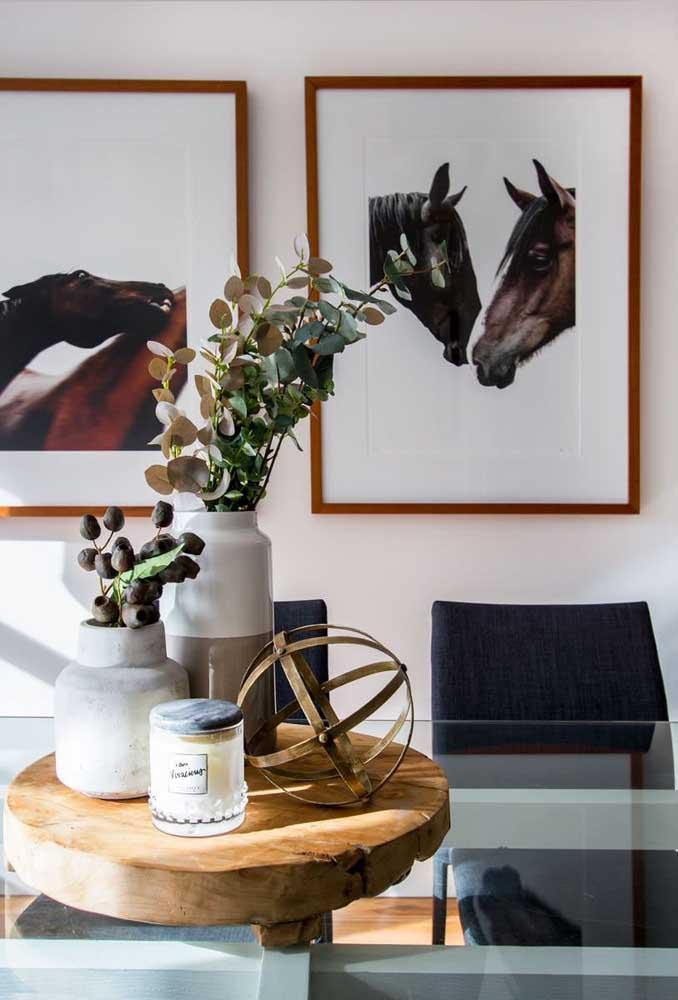 Nessa sala de jantar o tema são cavalos