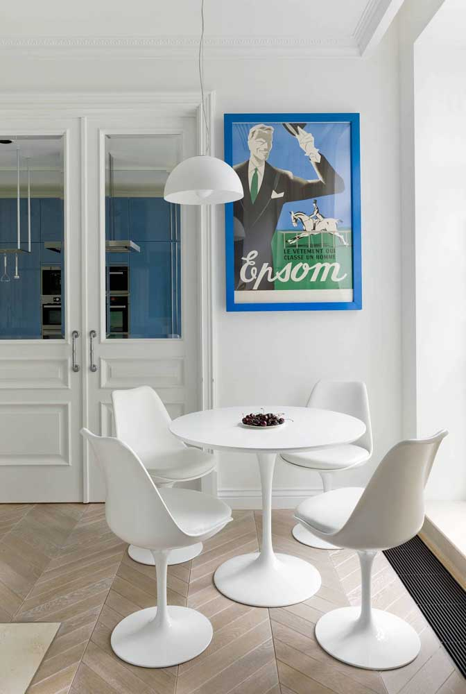 A sala de jantar branca apostou em um quadro de moldura colorida