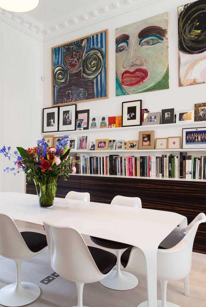 Quadros de arte trazem personalidade para sala de jantar