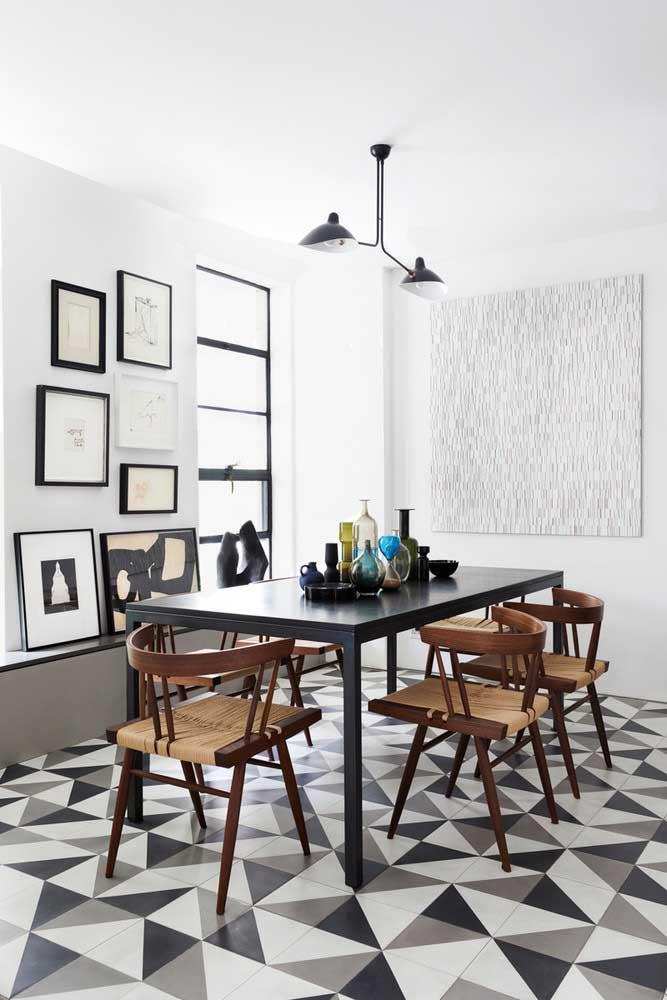 Sala de jantar moderna com quadros nas duas paredes principais, mas cada uma seguindo um estilo próprio