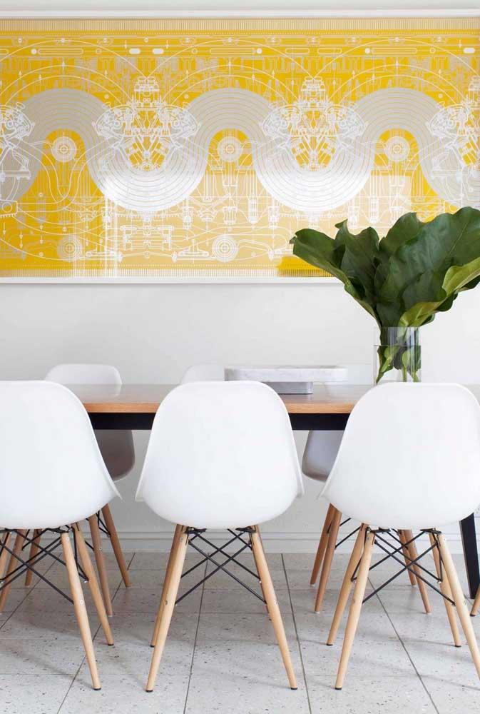 Quadro amarelo para contrastar com a sala de jantar branca
