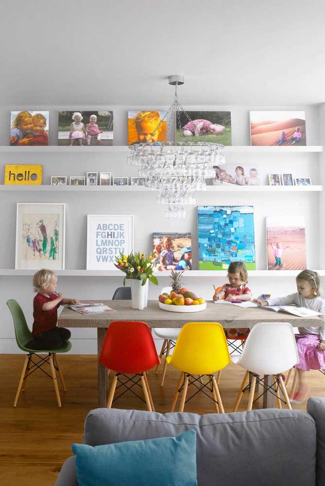 E se ao invés de pendurar os quadros na parede, você simplesmente apoiá-los em prateleiras?