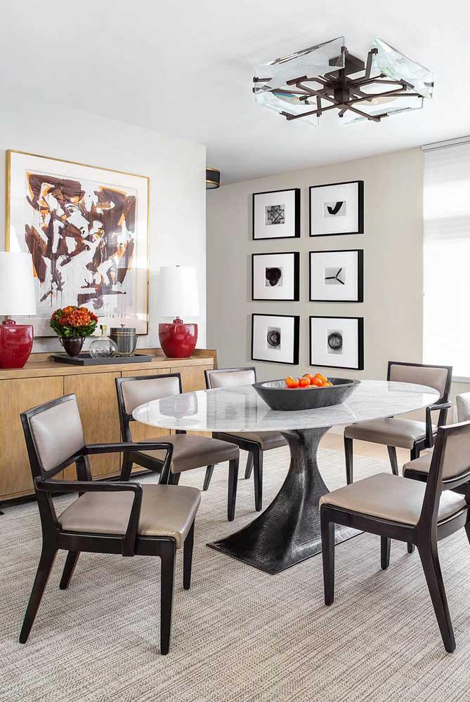 Em ambientes integrados é possível optar por quadros em mais de uma parede