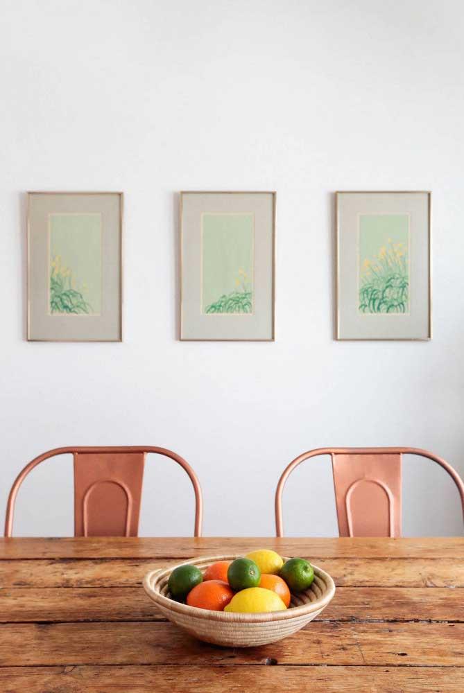 Composição simétrica de quadros para sala de jantar