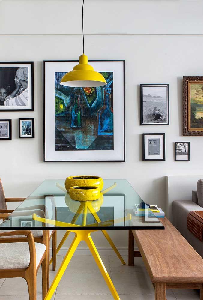 A sala moderna apostou em uma composição de fotos em molduras pretas e finas