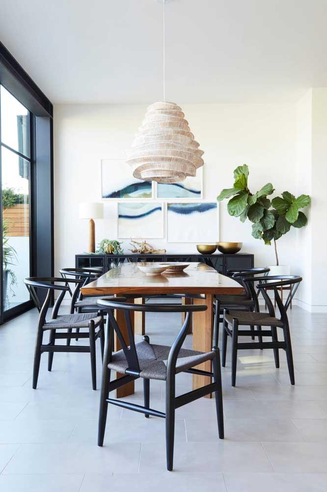 Composição assimétrica de quadros para sala de jantar