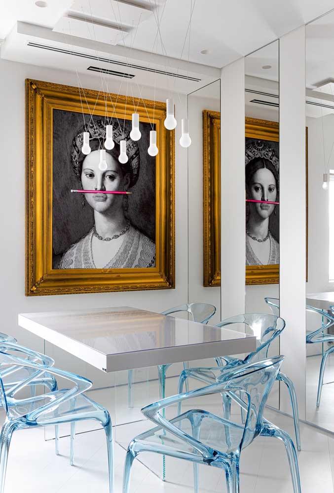 Essa sala de jantar contemporânea apostou no mix entre a moldura clássica e a fotografia moderna
