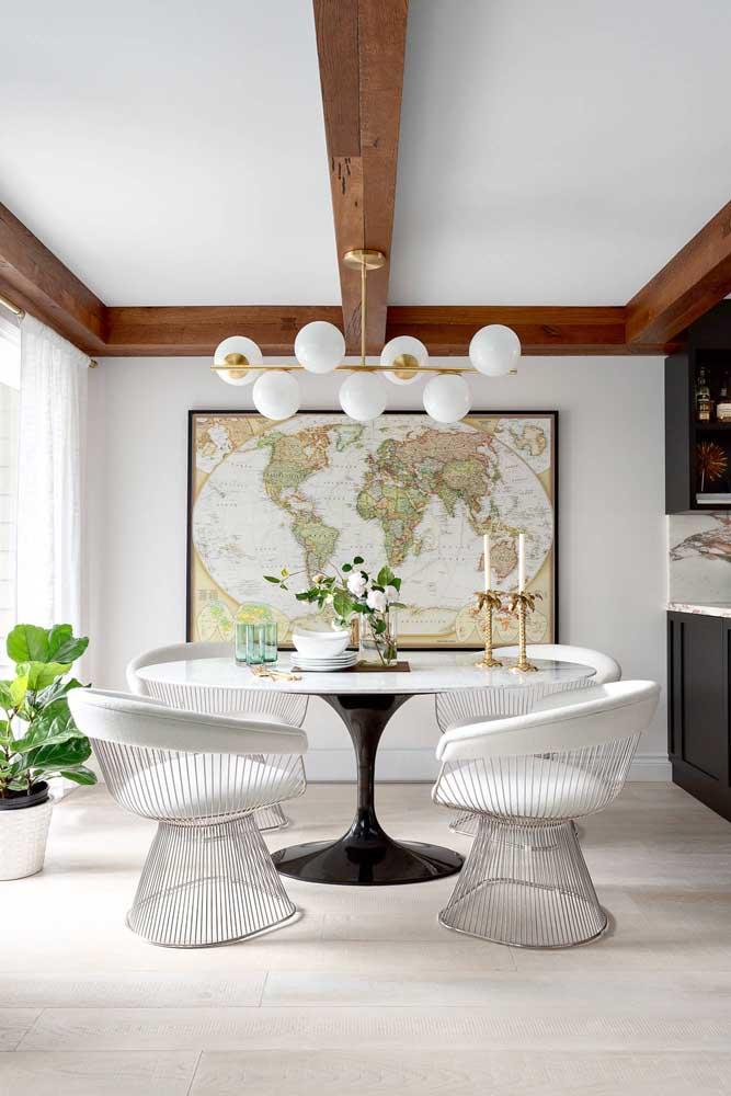 Um grande mapa mundi para ilustrar a sala de jantar moderna