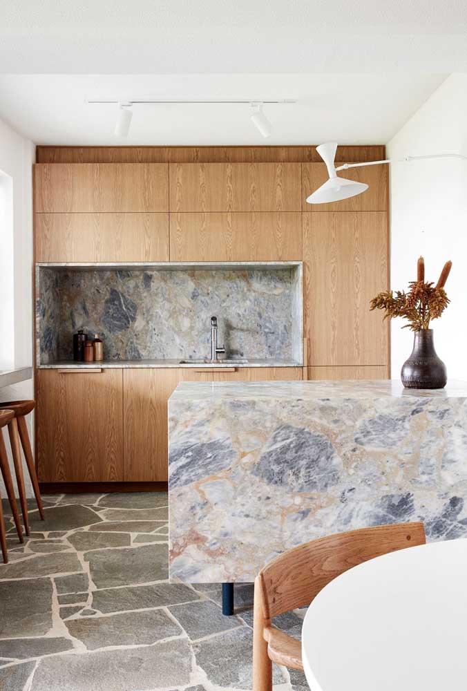 Decoração de cozinha pequena com móveis de madeira, paredes brancas e piso de pedra