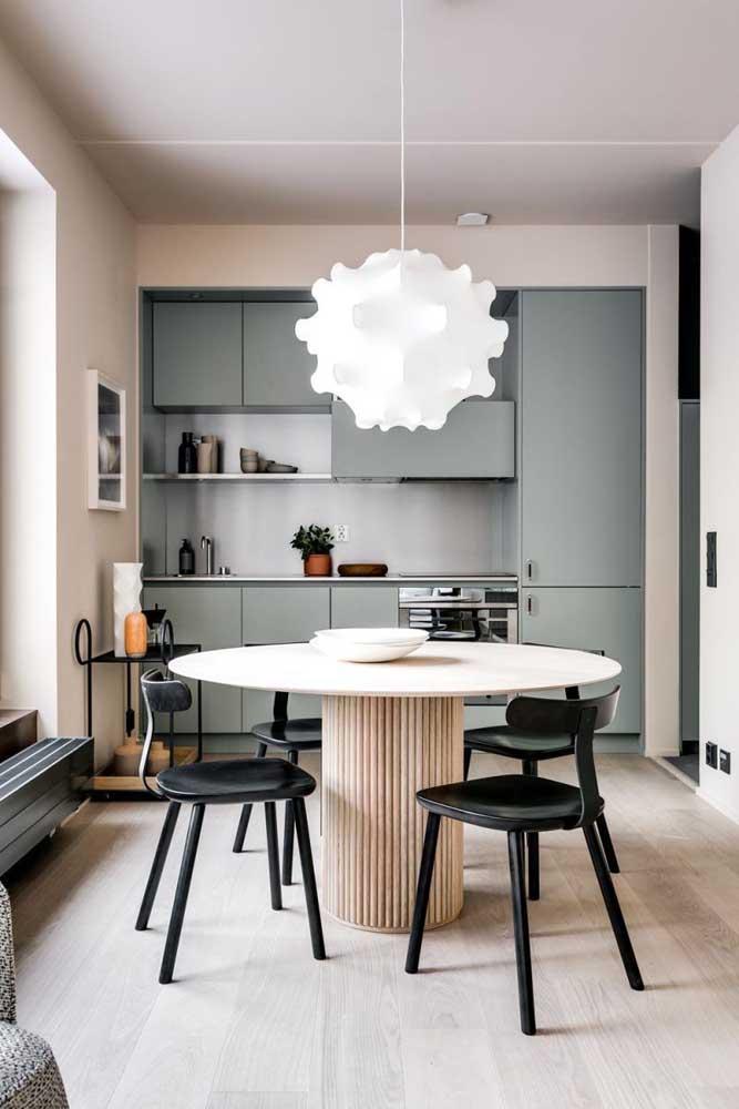Decoração de cozinha pequena com móveis planejados e uma paleta de cores moderna