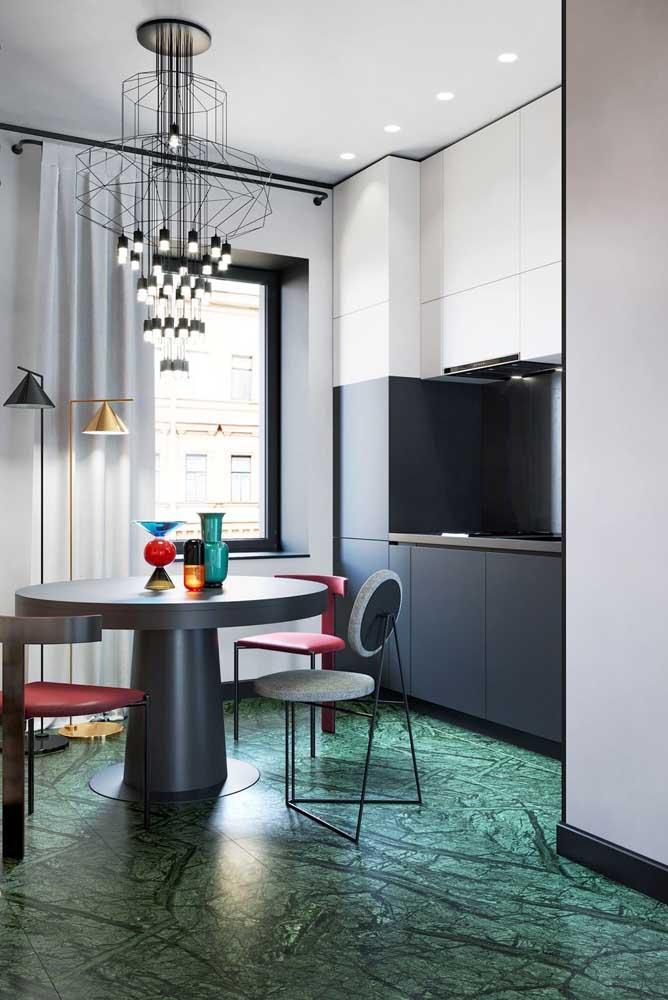 Decoração de cozinha pequena com destaque para os toques sutis de cores que preenchem o ambiente