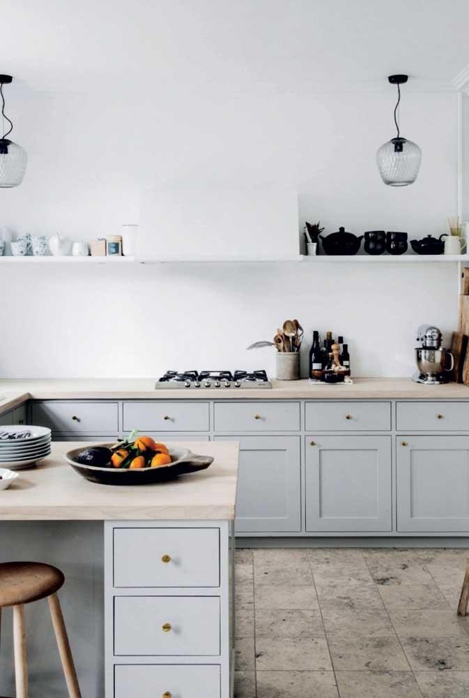 Cozinha pequena decorada em estilo retrô com móveis de marcenaria clássica