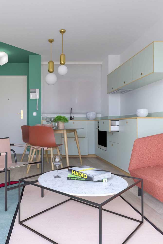Cozinha, sala de estar e sala de jantar integrados pela decoração
