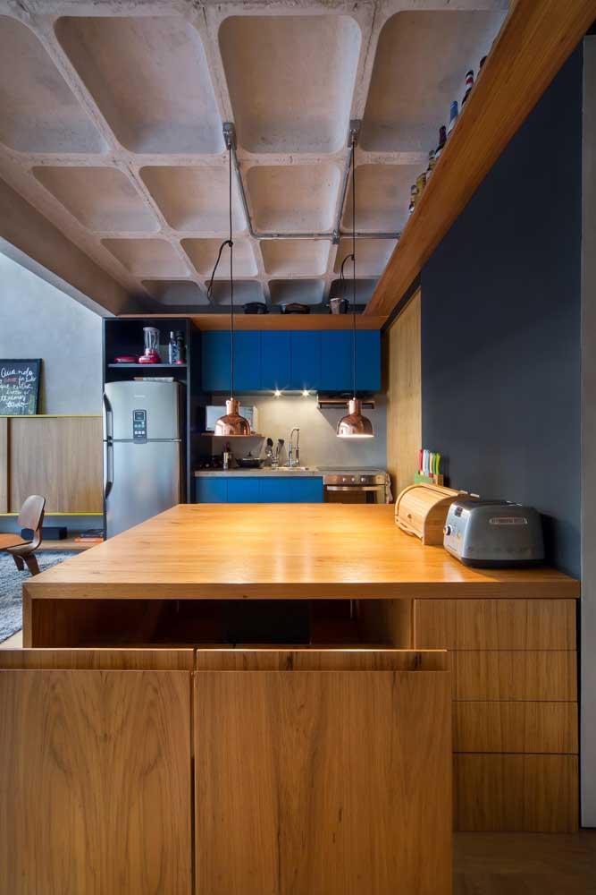 A madeira fez toda diferença na decoração dessa cozinha pequena