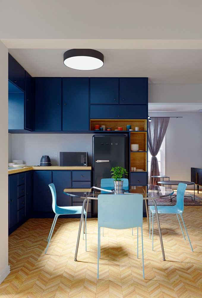 E que tal aproveitar os armários para levar cor para sua cozinha?