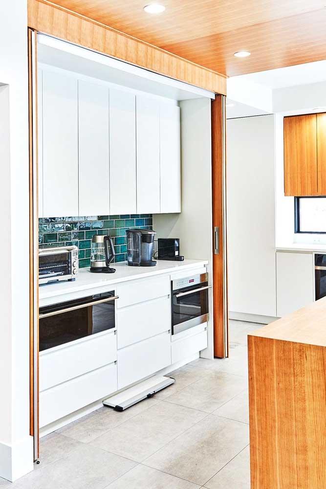 Decoração de cozinha pequena com o clássico armário branco: não tem como errar