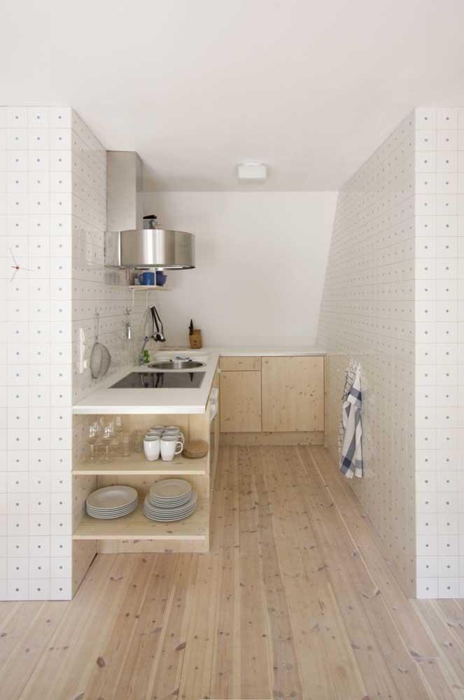 Decoração de cozinha pequena com nichos abertos para expor as louças