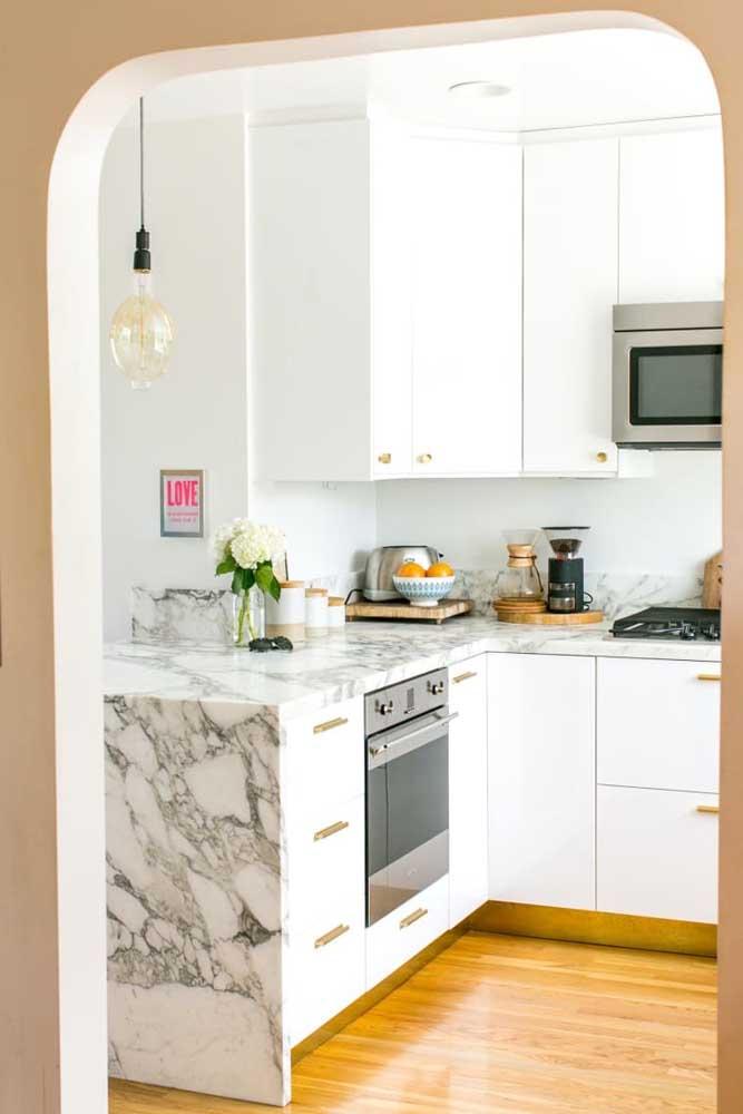 Decoração de cozinha pequena em estilo clean e moderna. O branco predomina