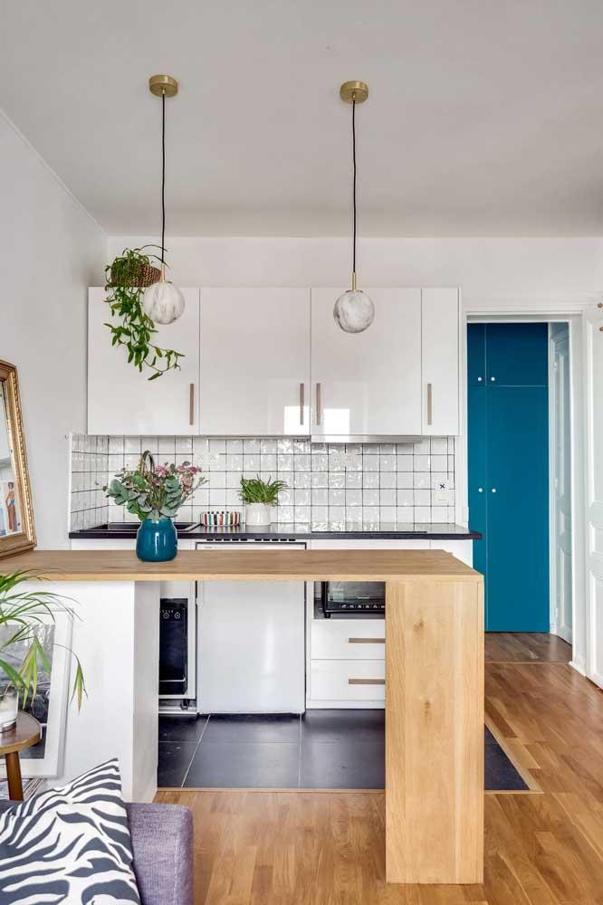 Decoração de cozinha pequena com elementos simples, mas que valorizam o ambiente