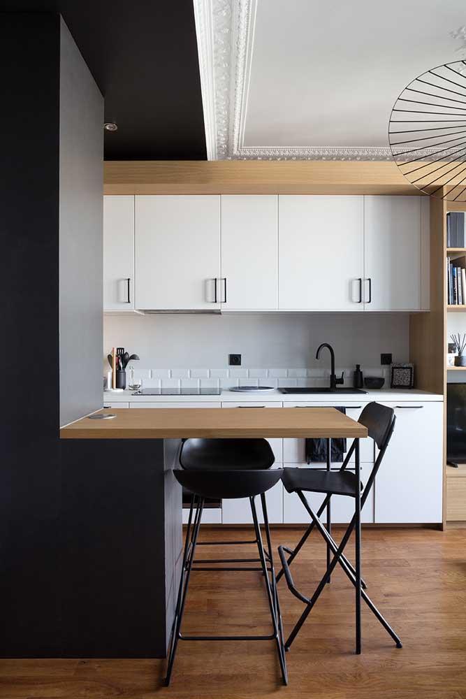 Decoração de cozinha pequena com uma paleta de cores que não tem como dar errado: branco, madeira e preto
