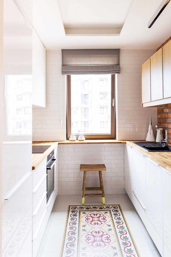 E se ao invés de tapete você usar um piso estampado como esse na cozinha?