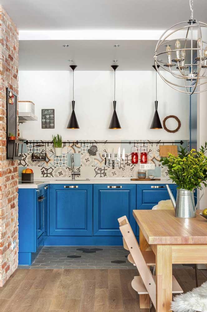 Decoração de cozinha pequena com detalhes coloridos e rústicos