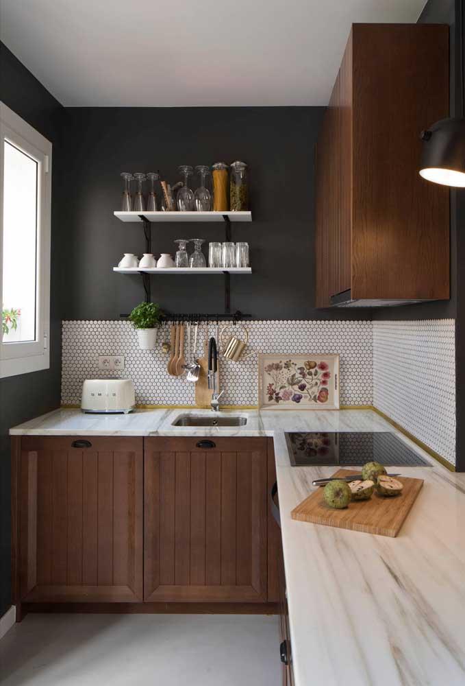 Use prateleiras ao invés de armários aéreos, assim a decoração da sua cozinha pequena fica mais clean e funcional