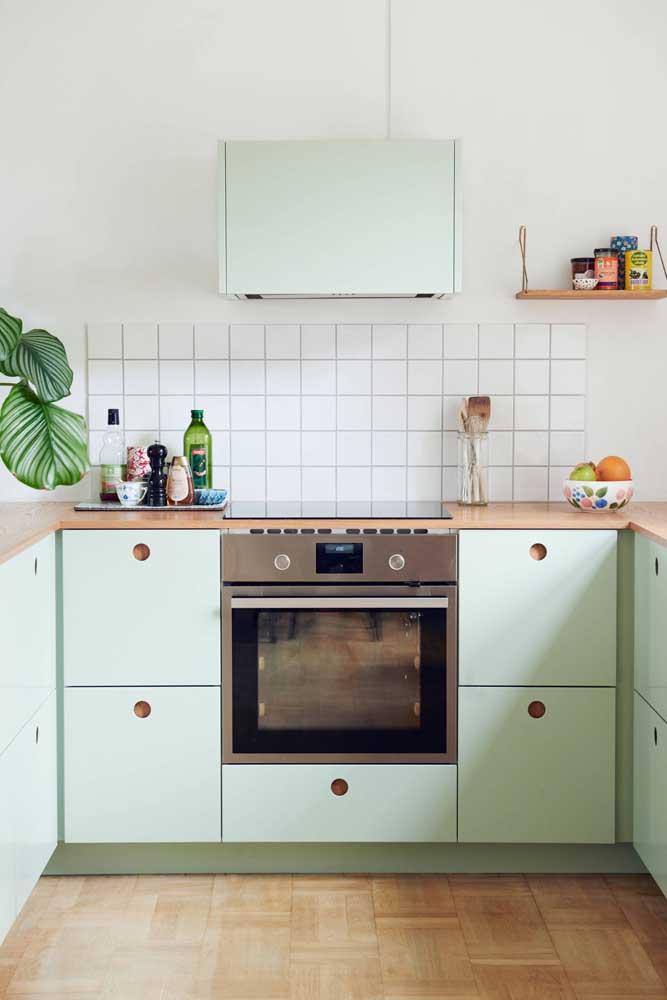 Que tal uma decoração de cozinha pequena em tom de verde menta?