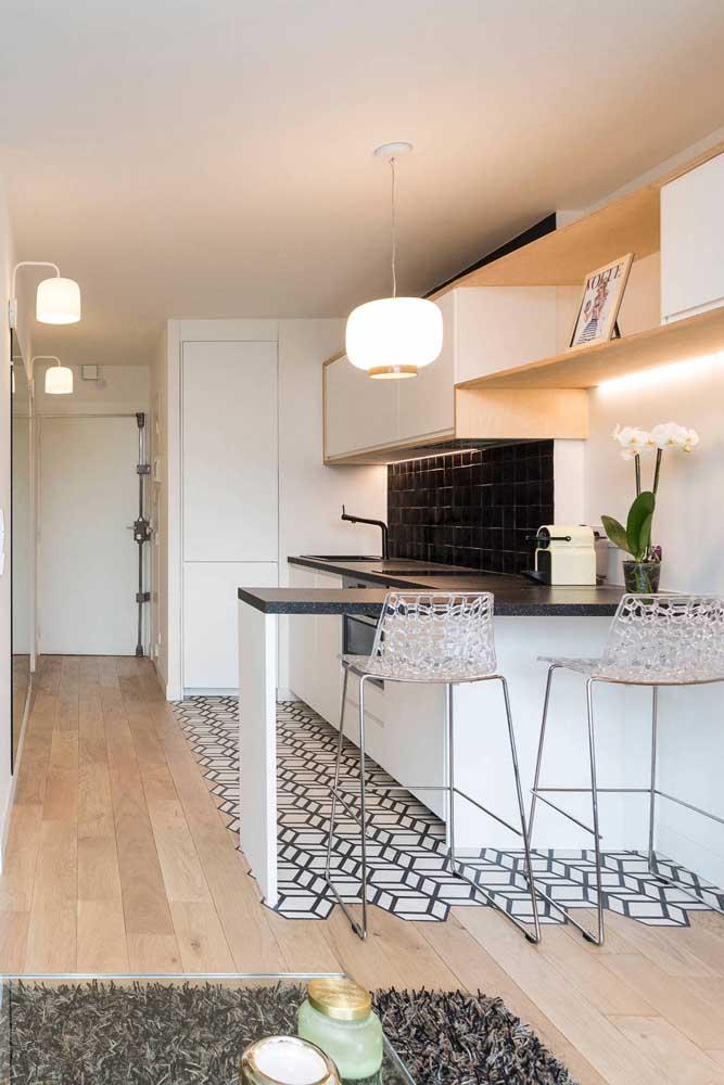 E o que acha de demarcar a área da cozinha com um piso decorado?