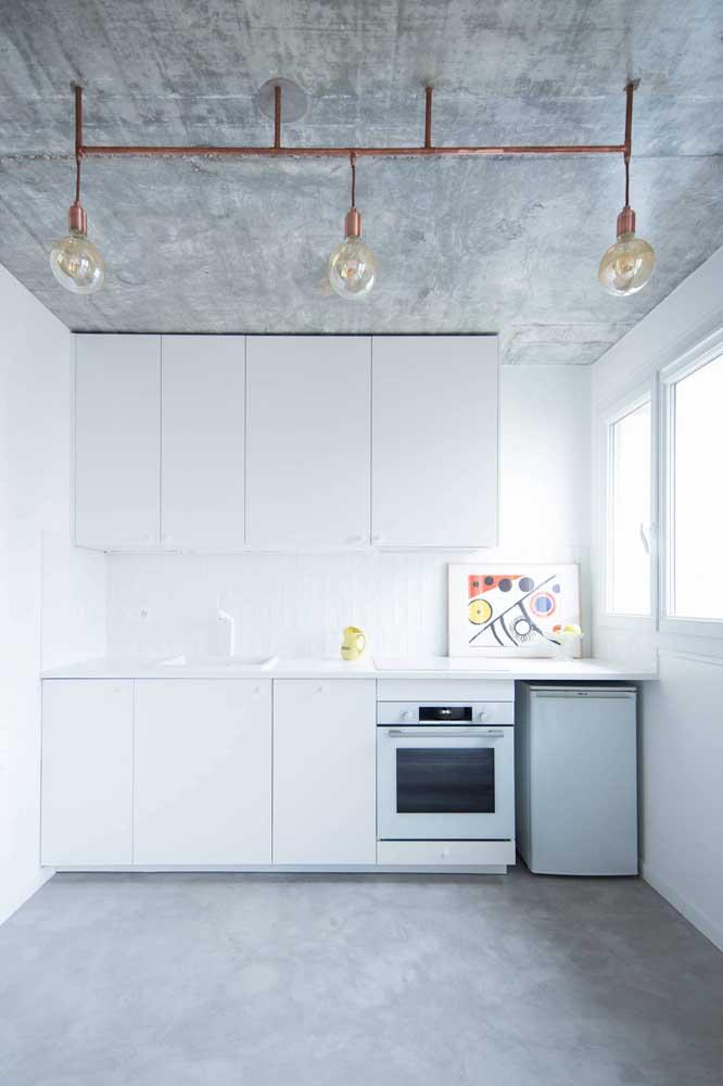 O cimento queimado e a luz natural se destacam nessa decoração de cozinha