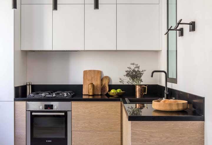 Cozinha pequena valorizada pelos detalhes em madeira