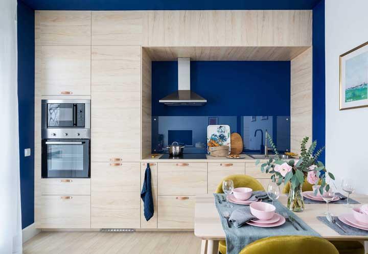 Aquele toque de azul para levantar o astral da cozinha pequena