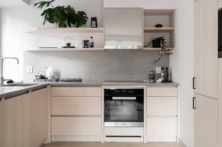 E se ficar na dúvida de como decorar a cozinha pequena, aposte em plantas