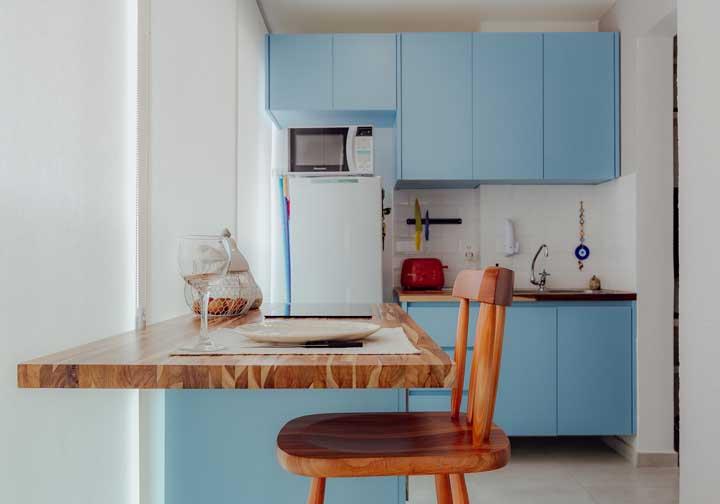 Branco, madeira e azul claro na cozinha. Gostou dessa composição clean e delicada?