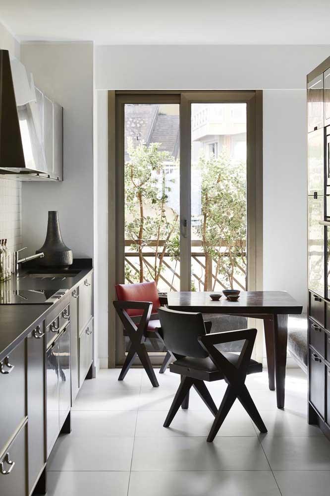 Muita luz natural para valorizar a decoração da cozinha pequena