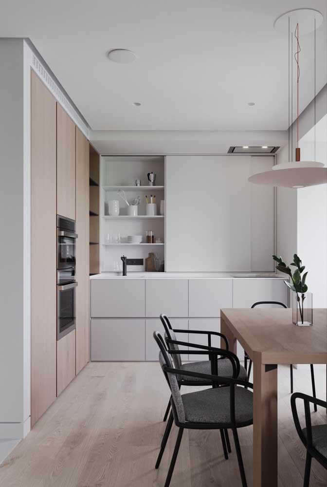 Cozinha pequena com sala de jantar. A decoração é simples, mas o efeito é moderno e elegante