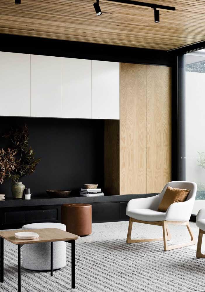 Dupla de poltronas simples para sala de estar. Repare que elas ajudam a demarcar o ambiente