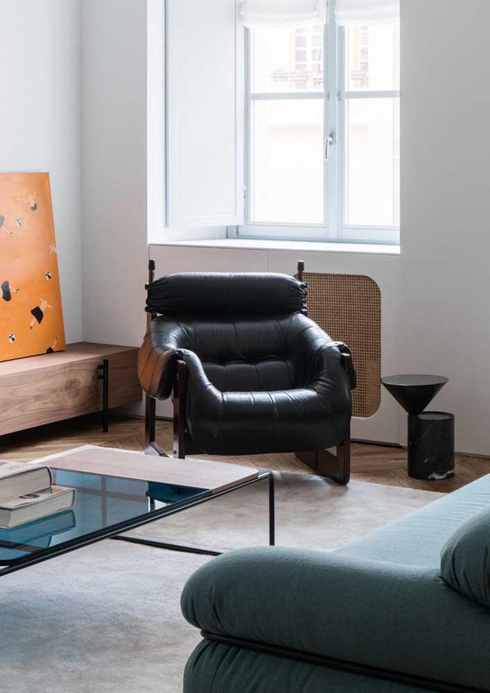 Poltrona decorativa de couro e madeira: um clássico que nunca sai de moda