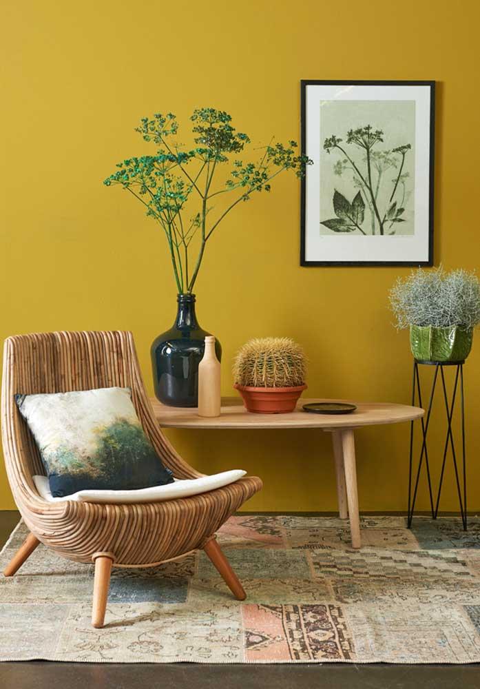 Poltrona decorativa de madeira para um ambiente caloroso e receptivo